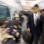 電車内でドアを蹴る暴言女性の動画が拡散 ネット投稿に批判も