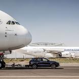 量産車が285トンのジェット機を引っ張り、ギネス記録更新!