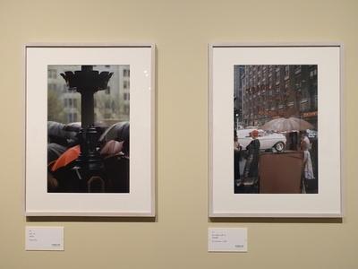 左からソール・ライター《パレード》1954年、《ホーン&ハーダート》1959年頃