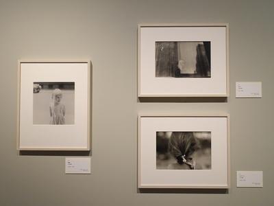 左からソール・ライター《無題》1950年頃、右上《少年》1950年頃、右下《ジョアンナ》1947年頃