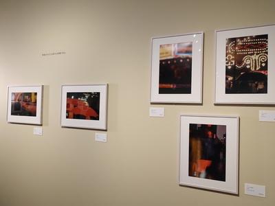 右上ソール・ライター《フェスティバル》1954年ほか、カラー作品が並ぶ