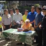 提案はなんと高校生グループ。ホノルル、横断中の歩きスマホ禁止で市長は切ないよ