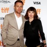 ユアン・マクレガー、妻と破局か 共演女優とカフェで堂々キス