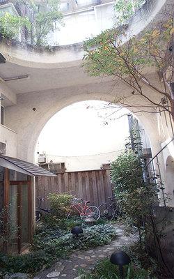 【画像1】「カーサ・デ・アトリオ」の中庭。上部からの光が明るく、開放感がある(写真撮影/織田孝一)