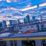 「まるで新海誠の作品のよう」 早朝の東京の空に、時を忘れて見入る