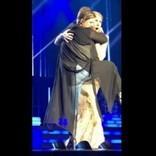 セリーヌ・ディオンのステージに酔った女が乱入 抱きついて離れず