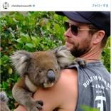 クリス・ヘムズワース、コアラを抱っこするショット披露 マッチョな釣り姿も話題に