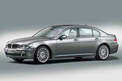 【BMW 7シリーズ 760Li(4代目)】デビューは2001年だが、V12を搭載したモデルは2003年に登場した。6.0Lのエンジンは最高出力445psとなる。燃費と排気ガス性能を向上させるバルブトロニックをはじめ、電子制御6速AT、マン・マシンインターフェースの革命ともいえるiドライブの採用など、意欲的な車作りが際立つモデルだ