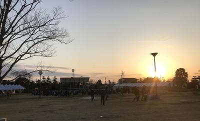 幸いにも天気に恵まれた海楽フェスタ。日が昇る朝6時から熱心な『ガルパン』ファンが陣取り始めていた。