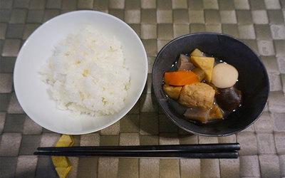 カレーと同じアルファ米とあわせて(お惣菜は半量)(写真撮影/蜂谷智子)