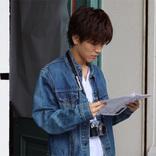 岩田剛典のオフショット写真に「なにしてても絵になる」