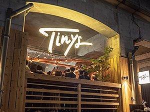 宿泊者以外も利用できるカフェ&バーラウンジ「Tinys Living Hub」