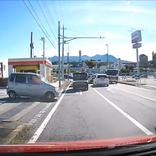 【予想外】これが群馬……ドラレコが捉えた決定的瞬間 / ガソリンスタンドから出てくる車 → ファ!? 衝撃の割り込みヤベェェェエエエ!!