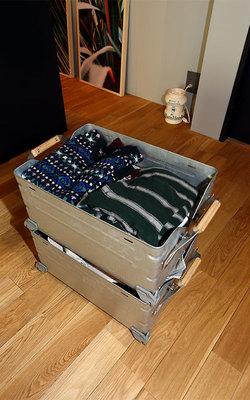 スノーピークのキャンプ用品の収納ケースは、積み重ねも可能で多目的に使える。現在は季節外の衣類を入れて収納ケースとして棚の最上段で使用(写真撮影/飯田照明)