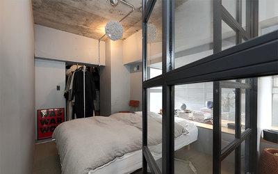LDKとガラスの建具で仕切られた寝室(写真撮影/飯田照明)