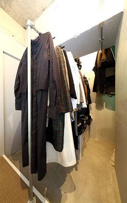 寝室奥のウォークインクローゼットはシーズンものの洋服を手前に、奥には頻度低めのスーツやコートがかけられるようになっている(写真撮影/飯田照明)