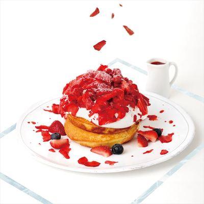 フローズンストロベリーとヨーグルトクリームのパンケーキ