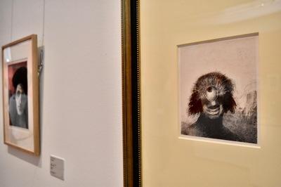 右:オディロン・ルドン 『起源』より《Ⅲ.不恰好なポリープは薄笑いを浮かべた醜い一つ目巨人のように岸辺を漂っていた》1883年 岐阜県美術館