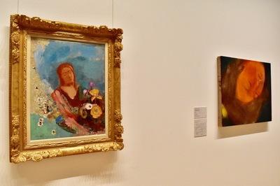 左:オディロン・ルドン 《瞳をとじて》1900年以降 岐阜県美術館 右奥:イケムラレイコ 《Haruko Ⅱ》2017年 テンペラ/ジュート ⓒ Leiko Ikemura, Courtesy of ShugoArts