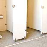 しばらくあだ名が「うんち」に… 和式トイレに足を落とした体験談