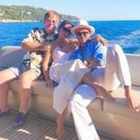 エルトン・ジョンの左手に注目! ベッカム夫妻との南仏バカンス3ショットに大反響