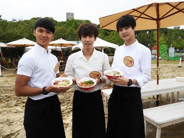 「困ったことがあればなんでもいってください」と、IKE麺スタッフ、左から竹井慧さん、細川陽平さん、内田将平さん