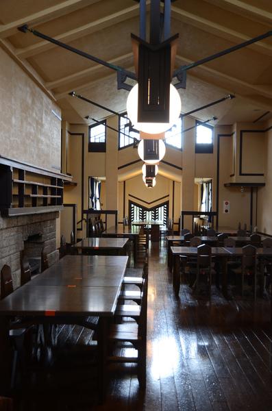 自由学園明日館食堂 1921年 フランク・ロイド・ライト+遠藤新 写真提供:自由学園明日館