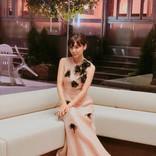 倉科カナ サーモンピンクのロングドレス姿、美しすぎてため息