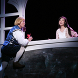 宮藤官九郎シェイクスピア初演出のロミジュリが開幕、27歳差の恋人・三宅弘城×森川葵による最珍傑作登場