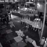 地を這う強盗団「ミミズギャング」逮捕 防犯カメラに映らないよう床をクネクネ移動が特技