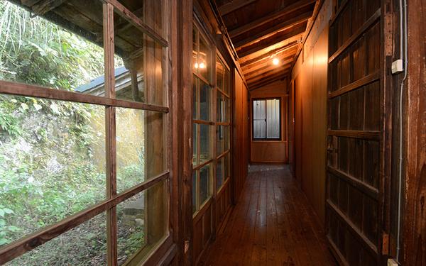 ヤマナハウス室内。築250~300年ほどの古民家を再生・改修したもの。古い窓枠や廊下の木材はそのまま利用している(写真撮影/内海明啓)