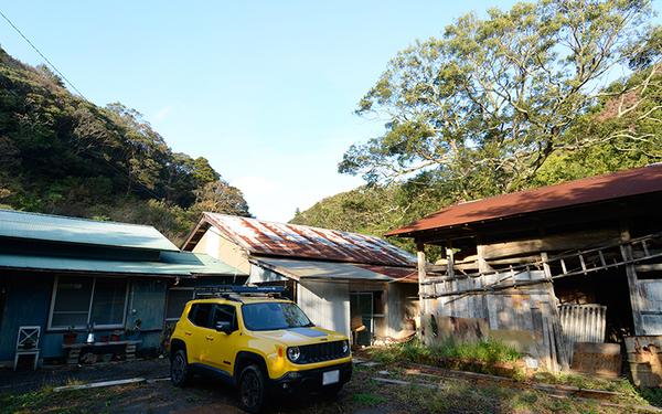 ヤマナハウスとは別に、すぐ近くに川鍋さんが借りた家。小屋や車を何台も停められる広いスペースも。これに手を加え、将来は仲間とのキャンプの拠点にしたいと考えている(写真撮影/内海明啓)