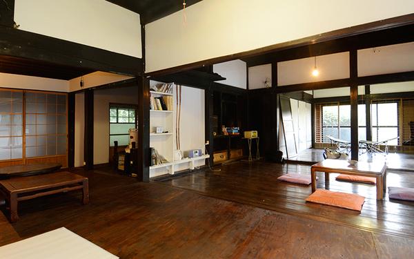 ヤマナハウス室内。川鍋さんら、このハウスのメンバーがリフォーム。週末に集まって野良仕事などした後は、ここで食事を(写真撮影/内海明啓)