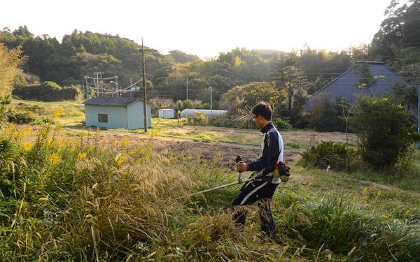 """ヤマナハウスは2015年の春にスタート。古民家改修、畑仕事、裏山の整備・手入れなどを行い、それが都市ではできない""""遊び""""にもなっている(写真撮影/内海明啓)"""