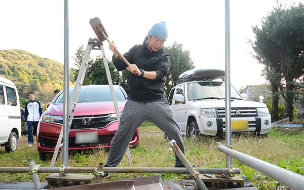 取材の日は、ヤマナハウスの前に物置小屋を建築中で川鍋さんもお手伝い(写真撮影/内海明啓)