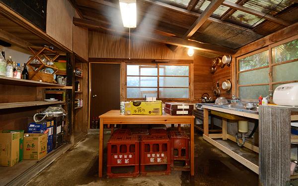 ヤマナハウスの土間部分に設けられたキッチン。床部分のコンクリートも職人さんに教わりながらメンバーが手伝って敷いた。(写真撮影/内海明啓)