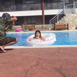 話題の美少女・池間夏海、浮き輪でニッコリ撮影風景写真