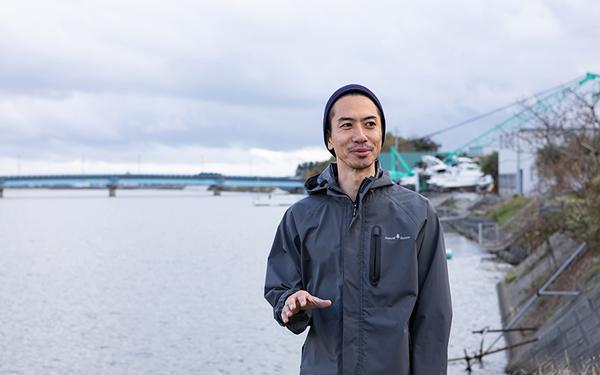 福島新次さん(38)。大好きな夷隅川にて(写真撮影/片山貴博)