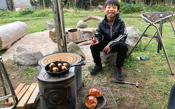 庭にはキャンプファイアスペースを作成。DIYを手伝いに来た友人もここで、アウトドアな食事を楽しんでいる(撮影/福島新次さん)