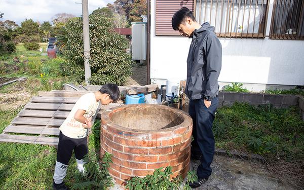 敷地内には古井戸も。今は掃除をしたところ。これから水質を調査して使っていこうと考えている(写真撮影/片山貴博)
