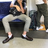 電車で脚を広げて座る男性に批判殺到 男女のスペース差に「なぜ閉じて譲らないのか」「男性専用車両を」