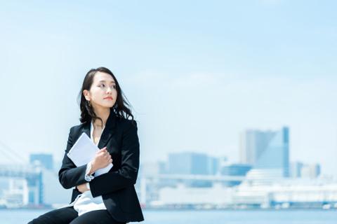 「転職して年収は下がったけど満足」と語る女性の話