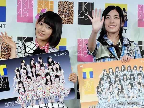 (左から)HKT48の宮脇咲良、SKE48の松井珠理奈 2015年
