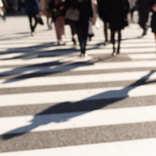 50代男性は横断歩道のない道路を渡りがち? 学生のマナーの良さが際立つ結果に