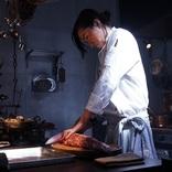 藤原竜也が一心不乱に切る巨大な生肉の正体は? 映画『Diner ダイナー』ティザーポスター・場面写真を解禁