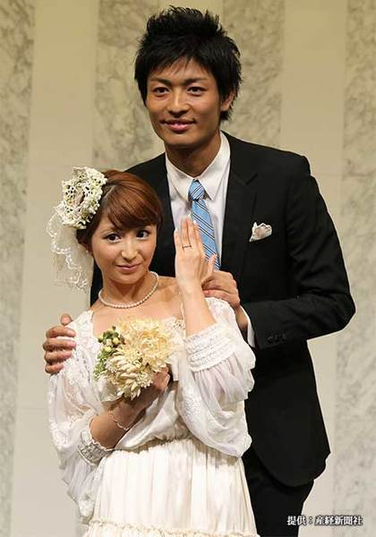 結婚会見を行った中村昌也と矢口真里 2011年