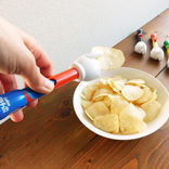 ポテチをスマートに食べられてスマホを汚さずに操作可能! 魔法の手『スマートポテトチップス』