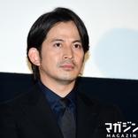 岡田准一さん、映画『ザ・ファブル』の現場を回想「バスローブ入りが多かったんですよ」
