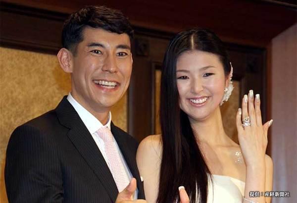 婚約記者会見を行った高嶋政伸と美元 2008年