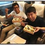 明石家さんま、新幹線車内で松尾伴内とお弁当タイム 次長課長・井上のカメラに笑顔向ける